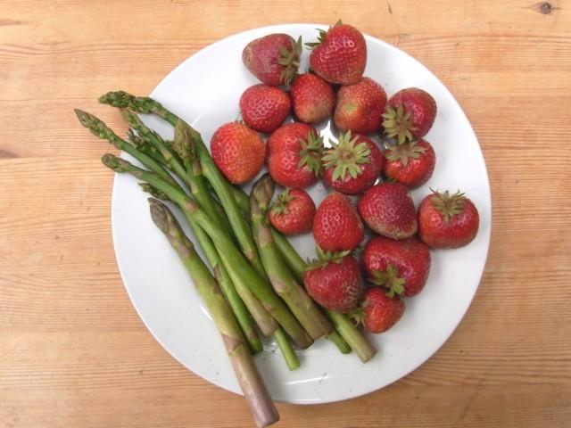 Erdbeeren_gruener_Spargel