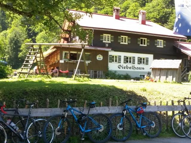 Giebelhaus_und_Fahrraeder