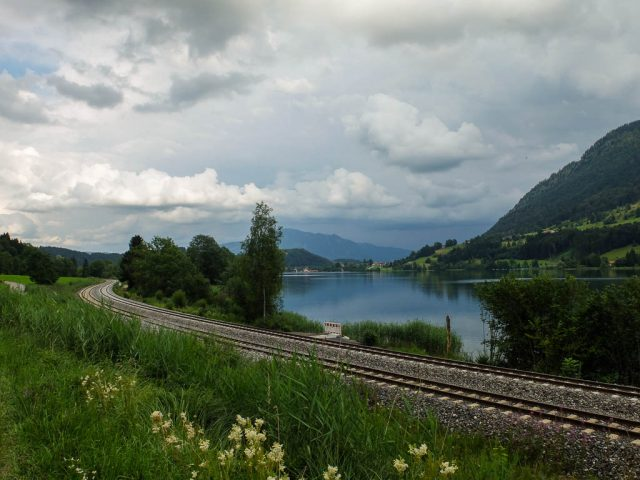 Alpsee_mit_Bahngleisen