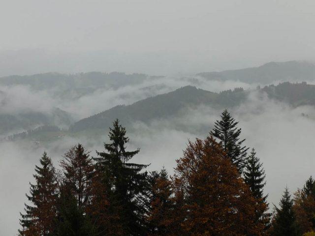 wolken_zwischen_huegeln